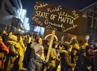 Ezrek tüntetnek az MTVA székházánál - percről percre