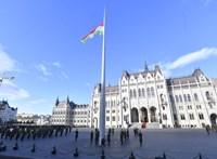 Elfogták a tüntetőt, aki lefújta a Parlament előtti zászlórudat