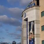 Hatalmas festményen emlékeznek a Chelsea stadionján a magyar edzőlegendáról