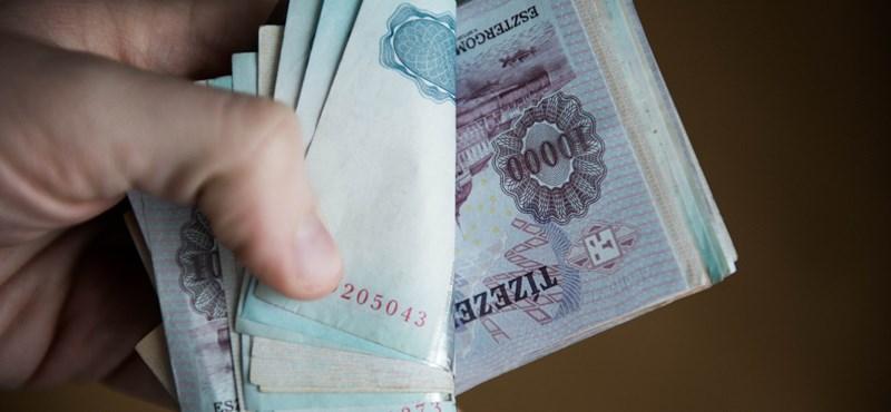 6627 milliárd forintot tartanak a magyarok a matracban