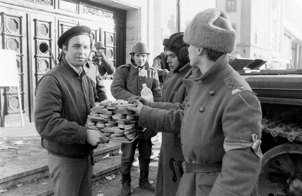 fortepan. Temesvár 1989, román forradalom - Román Nemzeti Színház és Operaház, T-55 harckocsi. Romániai forradalom
