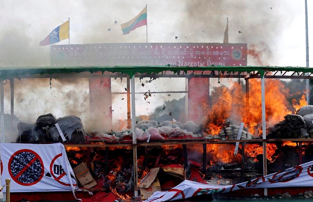epa.16.06.26. - Égõ kábítószerhalom Rangunban 2016. június 26-án, a Kábítószer-ellenes világnapon. A mianmari hatóságok három városban közel 56 millió amerikai dollár (kb. 16 milliárd Ft) értékû lefoglalt kábítószert semmisítenek meg.