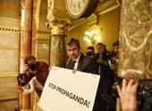 """""""Stop propaganda"""" táblával akciózott Hadházy a parlamentben"""
