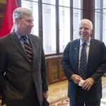 A Magyar Idők rendesen belerúgott a halott McCain-be