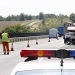 Két kocsi ütközött az M7-esen
