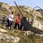 Olcsó játék hülyegyerekeknek: sziklát görgetni a hegyoldalban - videó