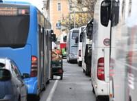 A BKV szerint nem hibázott a sofőr, akinek busza nyitott szerelőnyílással közlekedett