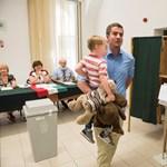 Fotó: Összefutott a szavazókör előtt Kocsis Máté és Győri Péter, de nem is beszéltek egymással