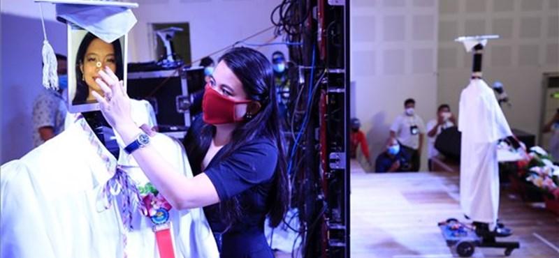 Robotok a diplomaosztón: így vette át az oklevelét közel kétszáz hallgató