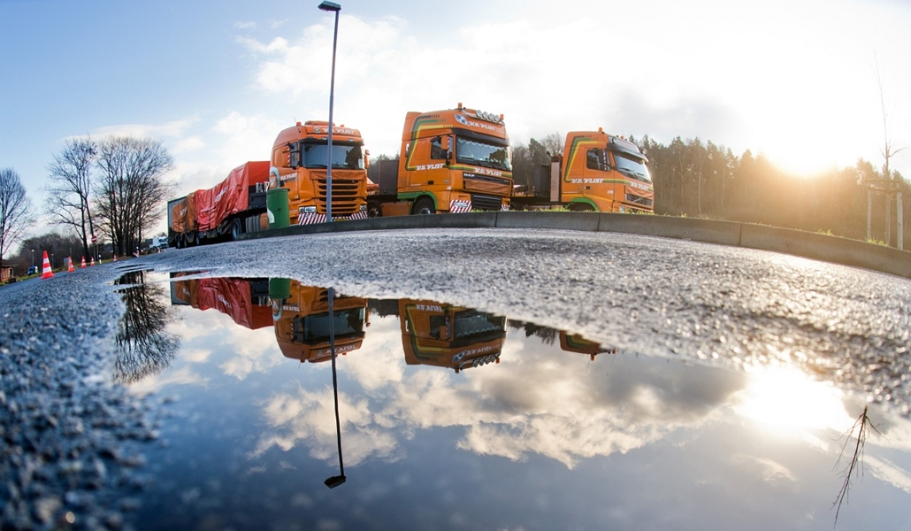 afp. hét képei - Hannover, Németország, 2014.12.08. maláj gép roncsai, Trucks carrying pieces of wreckage from Malaysia Airlines flight MH17 stand on a rest area of the A2 highway near Hanover, central Germany, on December 8, 2014. The convoy of lorries w