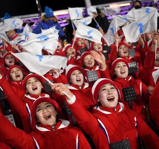 Kim Dzsong Un húga és az egyesített koreai csapat előtt lobbant fel a láng Pjongcsangban