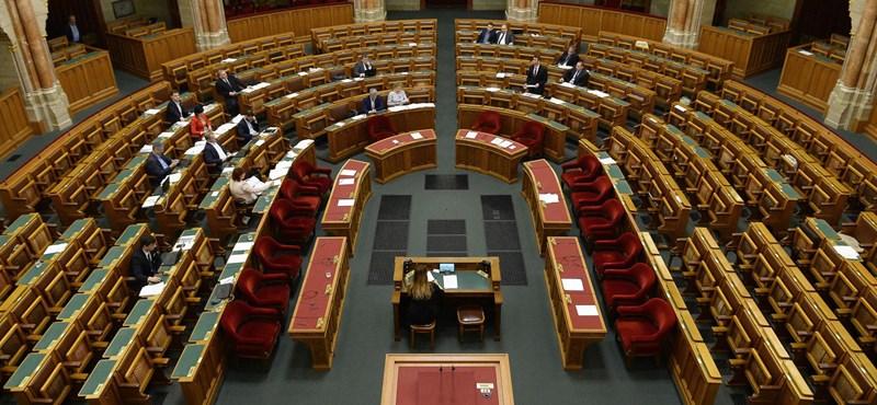 Két új képviselő esküszik fel hétfőn a parlamentben