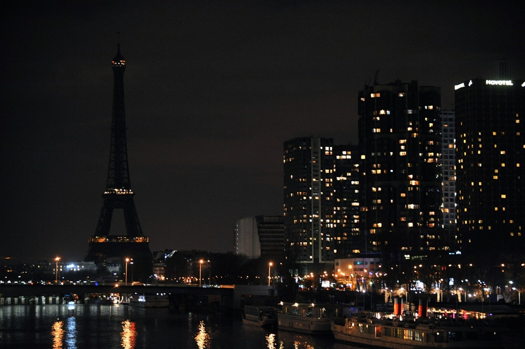 afp. Eiffel-torony 125 éves Nagyítás - 2009.03.28. FRANCE, Paris : Paris Eiffel tower lights are switched off late on March 28, 2009 as part of a symbolic energy-saving exercise unfolded across the globe, calling for action to avert potentially devastatin