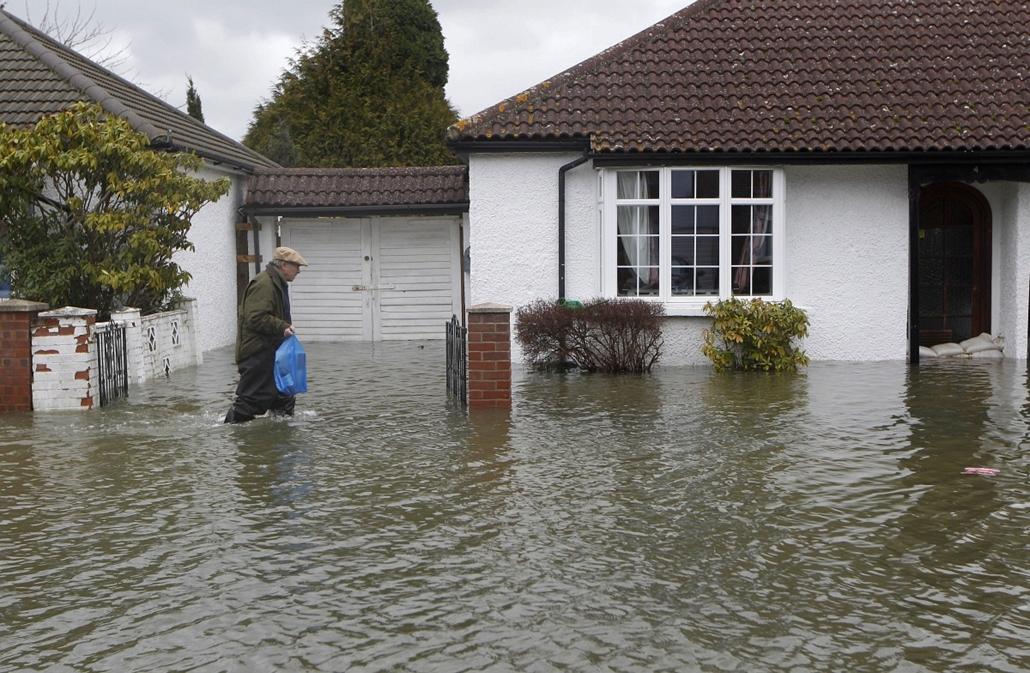 AP_! febr.26-ig_! - Egham, Egyesült Királyság: helyi lakos a Temze folyó partján fekvő város egyik elöntött utcáján
