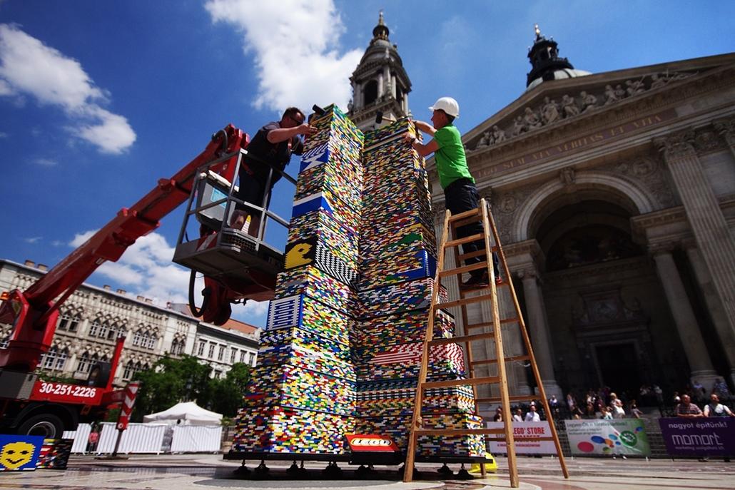 fm.14.05.22. - épül a LEGO torony a Bazilika előtt - LEGO-torony