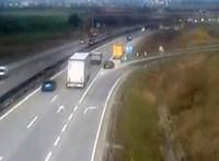 A közútkezelő álló járműjébe csapódott egy autó az M0-son – videó
