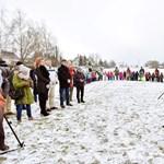 Hóban és hidegben hallgatták a veszprémi fideszest a kisgyerekek