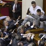 Fotók: véresre verték egymást az ukrán parlamenti képviselők