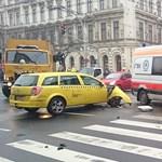 Káosz a körúton: négy jármű karambolozott, de a villamos már jár