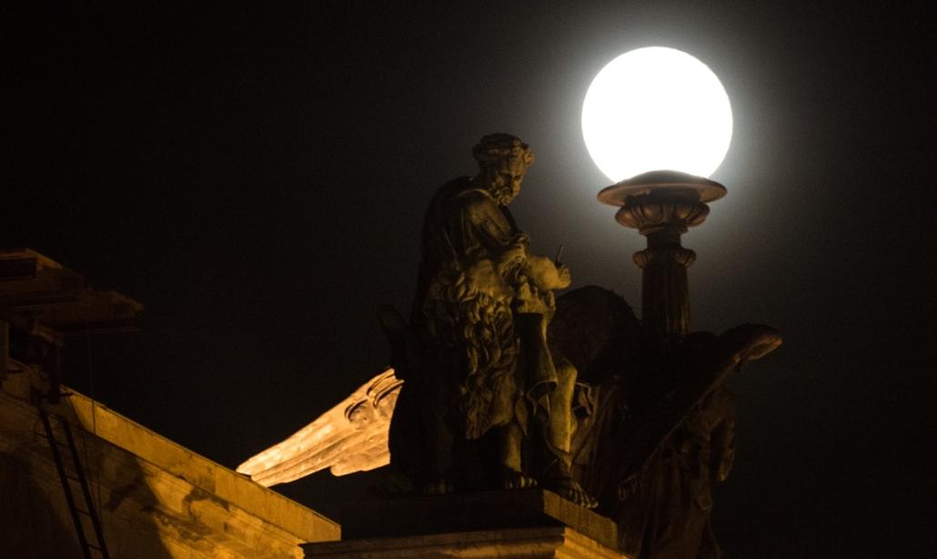 afp.16.03.24. - Szentpétervár, Oroszország: Szobor a Szent Izsák Székesegyházon Szentpéterváron. - szuperhold