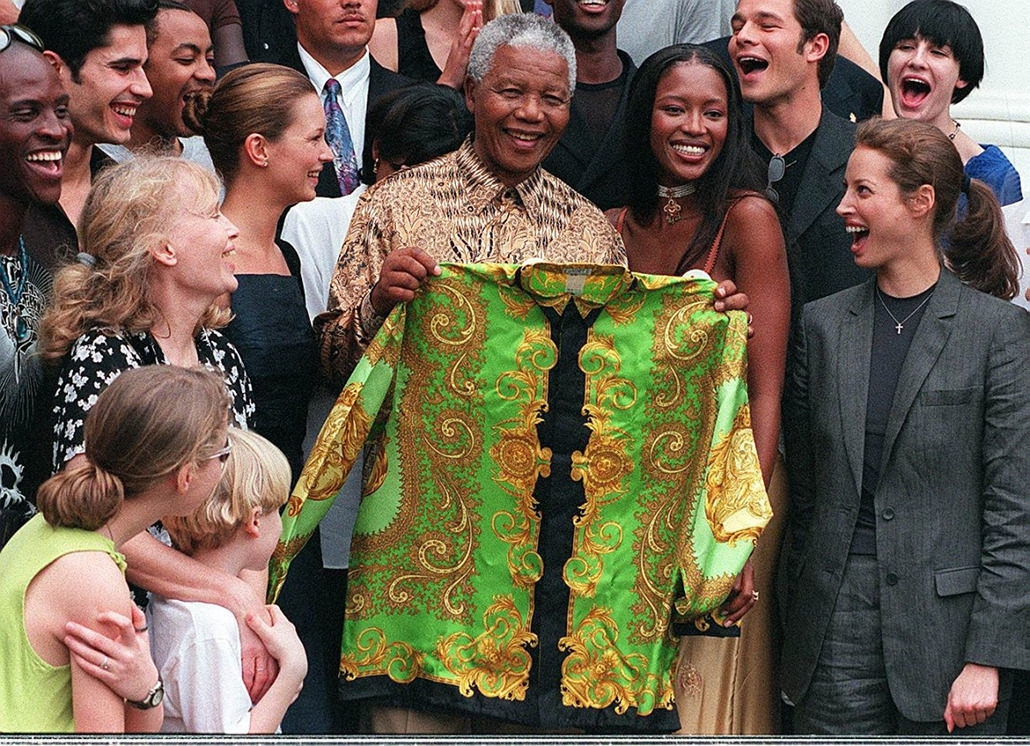 afp. Kate Moss szupermodell 40 éves - nagyítás - 1998.02.11. SOUTH AFRICA, Cape Town : South African President Nelson Mandela (C) poses with British supermodel Naomi Campbell (2nd R), American actress Mia Farrow, British model Kate Moss (second from left)
