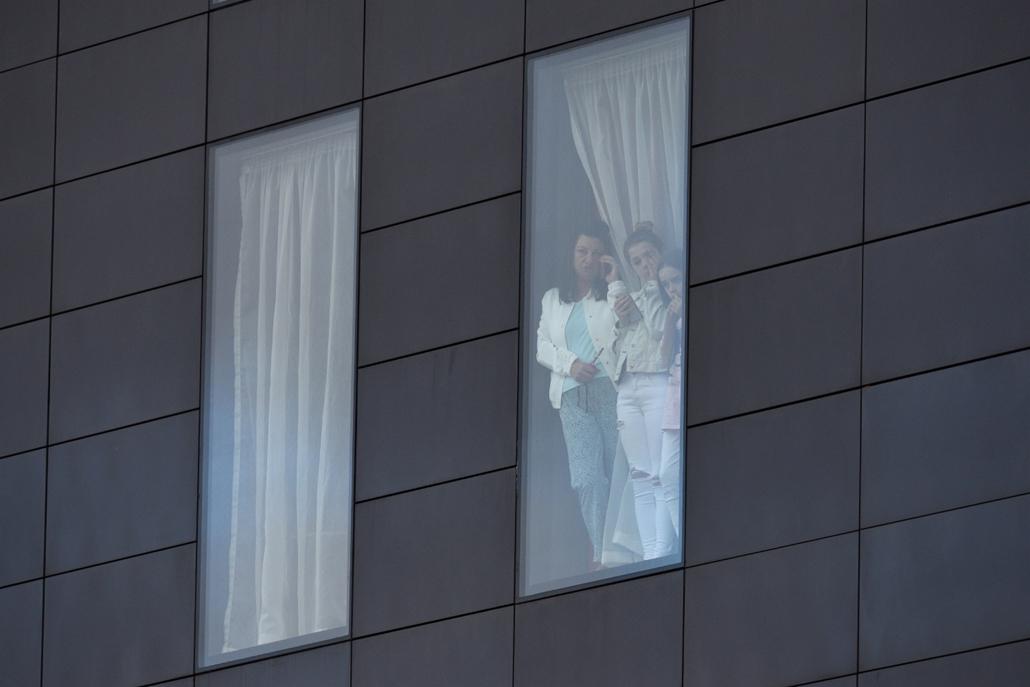 afp.05.23. - Manchesteri terrotámadás -  Manchesteri terrotámadás túlélői az egyik Manchesteri hotel ablakában Angliában