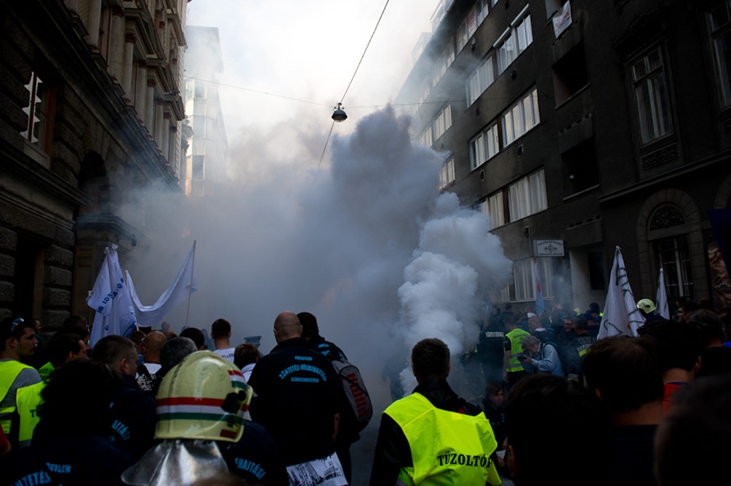 Rendvédelmi dolgozók szakszervezetének tüntetése tűzoltók füst