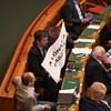 Rétvári megszavaztatta Hadházy lóf*szos tábláját, nem várt eredmény lett a vége