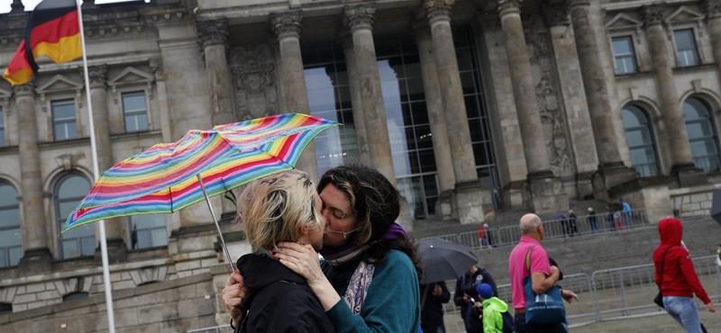 Náci karlendítéssel pózoló kínai turistákat vitt el a rendőrség Berlinben