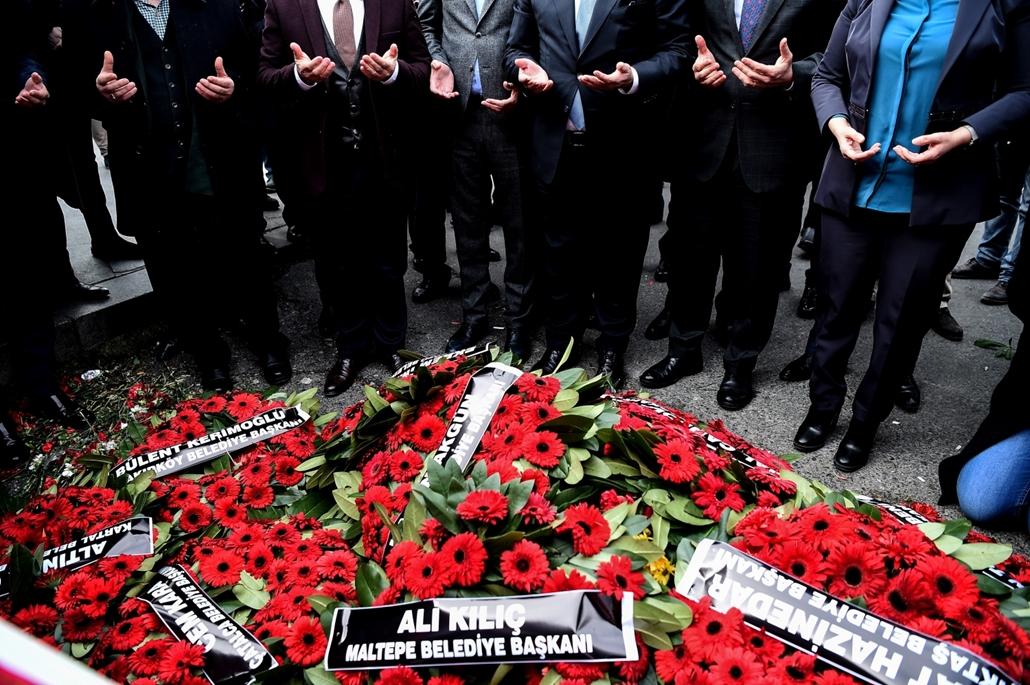 afp.17.01.04. Megemlékező és imádkozó emberek a Reina klub előtt, négy nappal a terrortámadás után. Nagyítás, Törökország, gyász, terrortámadás, ima, Reina klub