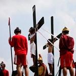 Az egyház ellenzi, a túlbuzgó hívek mégis megteszik nagypénteken - 18+ fotók