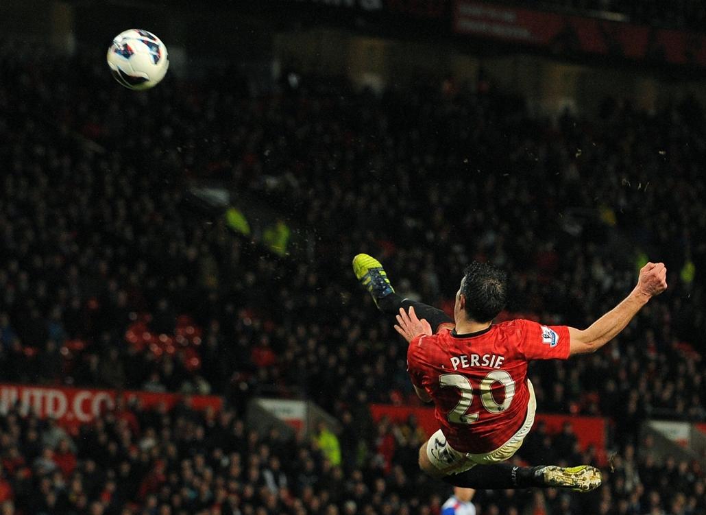 13.03.16. - Manchester, Egyesült Királyság: Robin van Persie lövése a Reading ellen - évképei, az év sportképei