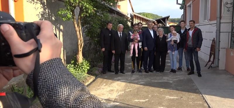 Erdélyi családot látogatott meg Orbán