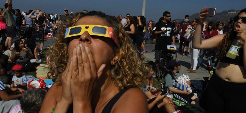 Megugrottak a gyanús Google-keresések: tömegek nézték védőszemüveg nélkül a teljes napfogyatkozást