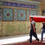 Több mint 210 halálos áldozata van a vasárnapi, bagdadi merényletnek