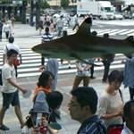 Cápák úszkálnak Tokió belvárosában