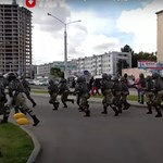 Rohamrendőrök kergetik szét a Lukasenka ellen tüntető tömegeket Fehéroroszországban
