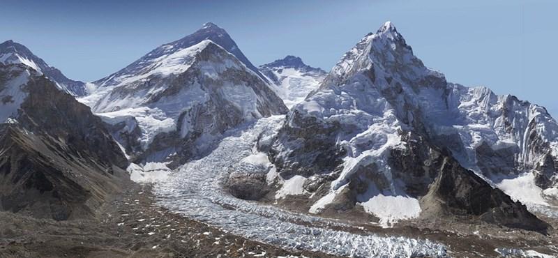 Szokatlan, de gyönyörű kép készült a Mount Everestről