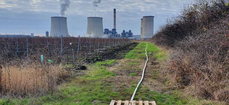 Különös, ismeretlen eredetű tömlőből ömlik a víz a Mátrai Erőműnél – videó