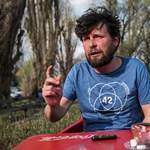 Peer Krisztián szkafanderrel védekezik a NER ellen