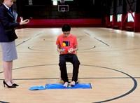 Ez a kínai fiú egyszerre három Rubik-kockát rakott ki, az egyikhez még a kezét sem használta – videó