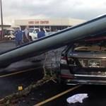 Tornádó döntött oszlopot egy Mercedes ML350-esre - fotó