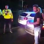 Videó: A román kabriós politikus ágyékon rúgta az őt igazoltató rendőrt – nem kellett volna