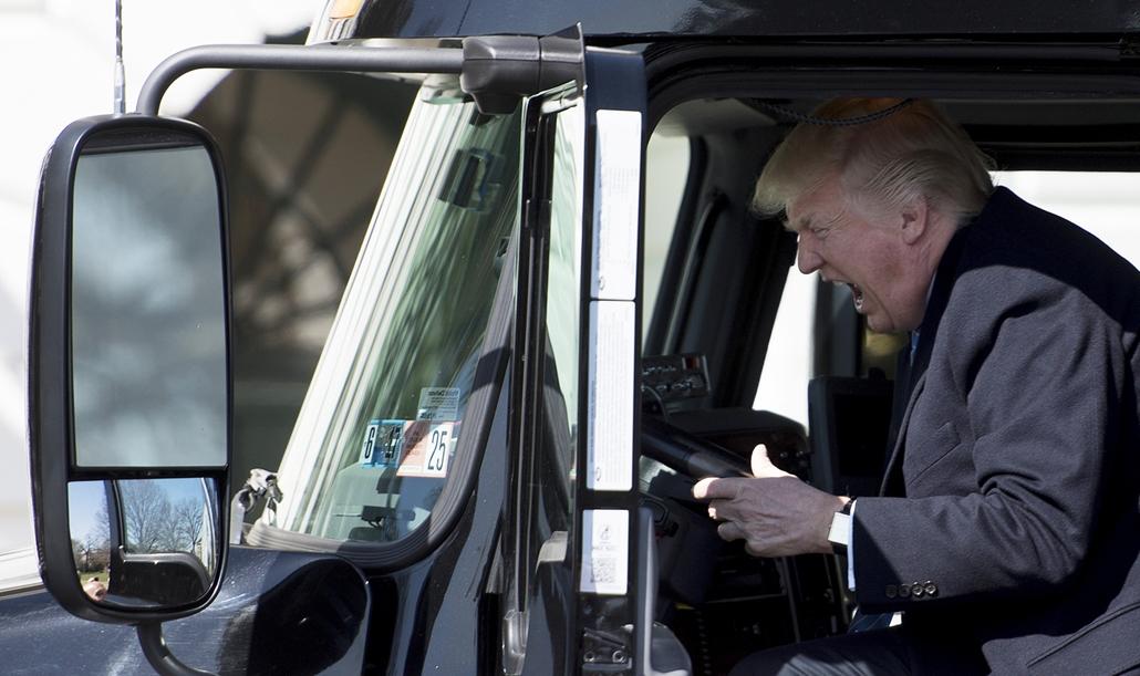 best of 2017 - Donald Trump amerikai elnök egy 18 kerekű kamion vezetőülésében a washingtoni Fehér Ház déli szárnyának udvarán. Trump kamionsofőrökkel és szállítmányozó cégek vezetőivel találkozott ezen a napon