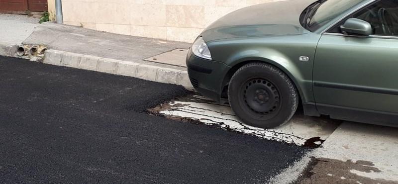 Ott maradt az út mellett egy autó Pécsen az aszfaltozáskor, a munkások megoldották