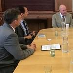 Az amerikai nagykövet az Auróra vezetőjével és civilekkel tárgyalt