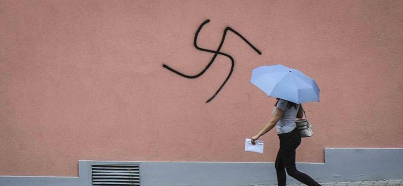Horogkereszteket festettek a tapolcai volt zsinagóga és a Fidesz-iroda falára
