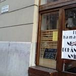 Fotók: meghekkelték a nemzeti dohányboltokat