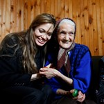 Angelina Jolie aknamentesítésben segítene