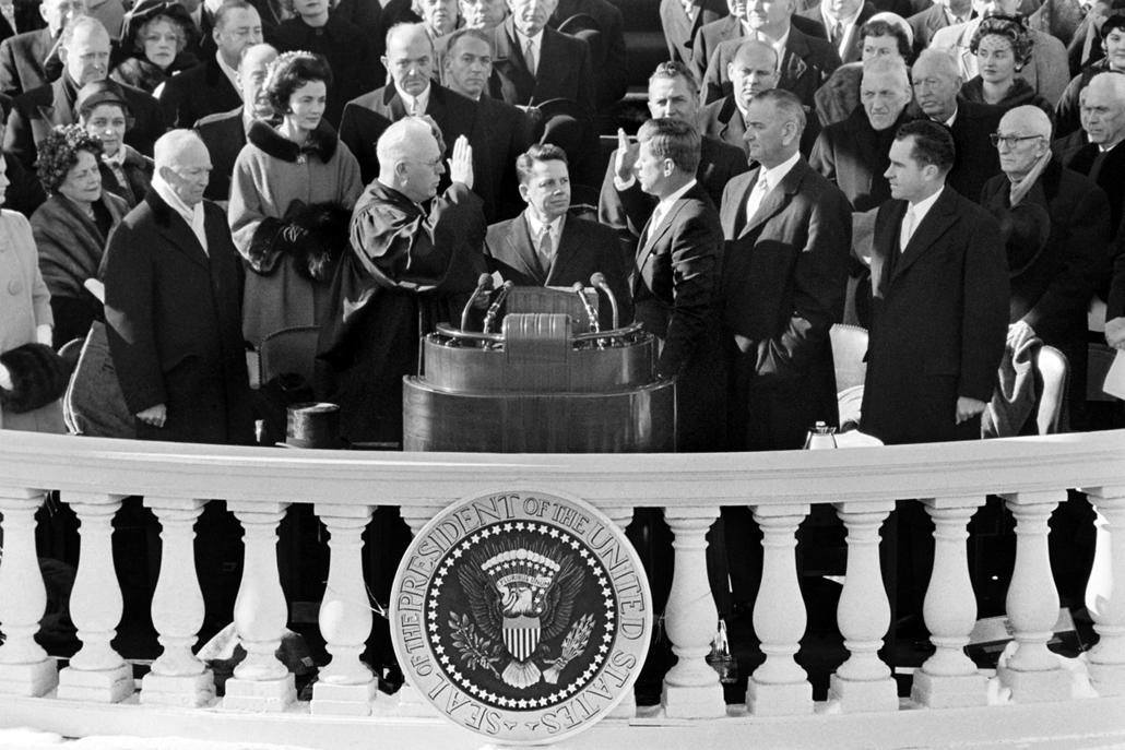 1961.01.20. - Washington, USA: a 35. amerikai elnök eskütétele a Legfelsőbb Bíróság főbírája, Earl Warren (balra) előtt. - John F. Kennedy, John Fitzgerald Kennedy